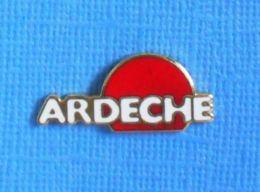 1 PIN'S //  ** ARDÈCHE / RÉGION \ AUVERGNE-RHÔNE-ALPES ** - Pin's