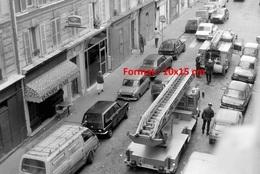 Reproduction D'une Photographie De Deux Camions De Pompiers Avec La Grande échelle Dans Une Rue - Reproducciones