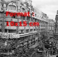 Reproduction D'une Photographie Ancienne De Pompiers Luttant Contre L'incendie à L'école Berlitz à Paris En 1969 - Reproducciones