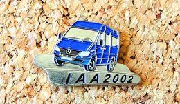 Pin's MERCEDES IAA 2002 Bleu Peint Cloisonné Fabricant MERCEDES BENZ - Mercedes