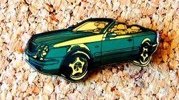 Pin's MERCEDES CLK Verte Cabriolet Verni époxy Série Fabrication Pour MERCEDES - Mercedes