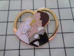 415c Pin's Pins / Beau Et Rare / THEME : AUTRES / COUPLE DE MARIES DANS UN COEUR Par CORNER Encore Un Pov'gars Piégé - Associations