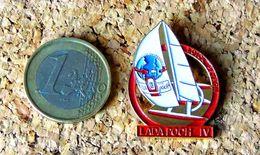 Pin's LADA POCH IV - Trimaran Loïck PEYRON - Peint Cloisonné - Fabricant BADGES IMPACT - Pin's