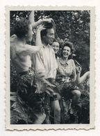 PHOTO ANCIENNE Groupe Drôle Farce Funny Amusante Rire Homme Arme Pistolet Mise En Scène Forêt Couper Les Cheveux - Personnes Anonymes