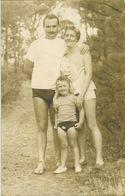 Homme En Vacances Avec Sa Famille - Personnes Anonymes