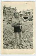 Homme En Maillot De Bain Portant Son Enfant - Personnes Anonymes