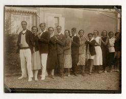 PHOTO ANCIENNE Groupe Alignement À La Queue Leu Leu Chaîne Humaine Drôle Vers 1930 Homme Femme Costume Mode - Personnes Anonymes