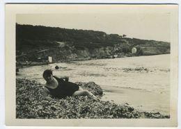 Femme Maillot De Bain Allongée Dans Des Algues - Personnes Anonymes