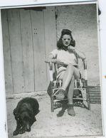 Très Belle Femme Jambes Croisées Lunettes De Soleil - Personnes Anonymes