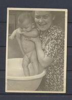 Bébé Dans Son Bain Photo Originale - Personnes Anonymes