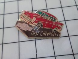 811f Pin's Pins / Beau Et Rare / THEME : AUTOMOBILES / CHEVROLET ROUGE D'ORLY 1957 - Pin's