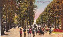 03. VICHY. CPA COLORISEE. ANIMATION . ENFANTS. UNE ALLEE DU PARC DES SOURCES - Vichy