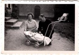 Photo Originale Mr Le Curé Gaga Devant Un Bébé, Peut-être Son Fils & Sa Citroën Traction Au Fond Du Jardin En 1939 - Automobile