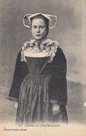29 - Chateaulin - Une Jeune Demoiselle En Costume - Costumes