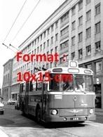 Reproduction D'une Photographie Ancienne D'un Trolley Bus Circulant à Lyon En 1975 - Reproducciones