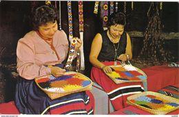 Carte Postale Etats-Unis  Indiens Cherokee  Femmes Préparant Des Ornements De Perles Très Beau Plan - Etats-Unis