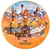 """1992 """"U.S. Summer Olympic Team, Barcelona, Spain"""" Feliratú, Porcelán Emléktányér, Matricás, Jelzett, Apró Kopásnyomokkal - Cerámica Y Alfarerías"""