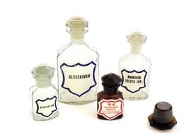 Régi Gyógyszeres üvegek, 4 Db és Egy üveg Dugó, Egy-két Apró Lepattanással, Az Egyik Foltos, M: 16,5 Cm és 4,5 Cm Között - Vidrio & Cristal