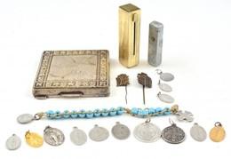 1 Db Növénymintás Pudrié, Kopásnyomokkal, 7,5×7,5 Cm + 2 Db Rúzstartó + Vallásos érmék - Autres Collections