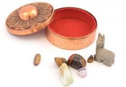 Réz ékszerdobozka, Belül Piros Szövet Borítással, Benne Különféle ásványokkal (6 Db) és Egy ásvány Lámafigurával, Rajta  - Autres Collections