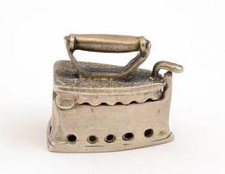 Ezüst(Ag) Miniatűr Vasaló, Jelzés Nélkül, 3×2,5 Cm, Nettó: 15,7 G - Bijoux & Horlogerie