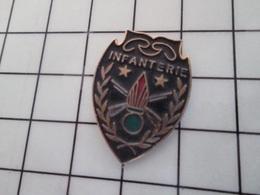1214e Pin's Pins / Beau Et Rare / THEME : MILITARIA / INSIGNE PSEUDO MILITAIRE INFANTERIE - Militaria