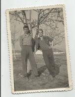 Men Pose For Photo Za822-367 - Personas Anónimos