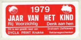 AUTOCOLLANT .  STICKER .  KNOKKE . 1979 . JAAR VAN HET KIND . RIJ VOORZICHTIG  DENK AAN  HEN - Stickers