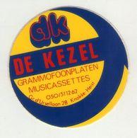 AUTOCOLLANT .  STICKER . DE KEZEL GRAMMOFOONPLATEN . MUSICASSETTES . Gr. D'URSELLAAN 28  KNOKKE-HEIST . - Stickers