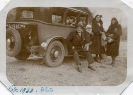 Photo D'une Famille Posant Avec Leurs Ancienne Voiture En 1933 - Automobiles