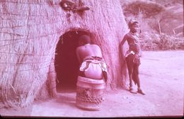 DIAPOSITIVE AFRIQUE TRADITIONNELLE ZOULOU ET XHOSAS Case ZOULOUE De Type Ancien - Diapositives