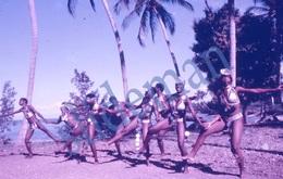 35mm DIAPOSITIVE SLIDE PHOTO 60s BLACK AFRICAN ETNIC GIRLS DANCING HAITI A14 - Diapositives (slides)
