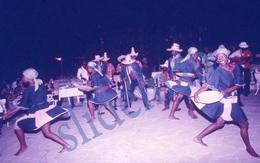 35mm DIAPOSITIVE SLIDE PHOTO 60s BLACK AFRICAN ETNIC GIRLS DANCING HAITI A16 - Diapositives (slides)