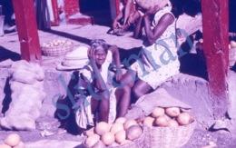 35mm DIAPOSITIVE SLIDE PHOTO 60s BLACK AFRICAN ETNIC WOMEN STREET MARKET HAITI A17 - Diapositives (slides)