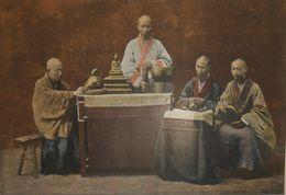 Chine.Groupe De Bonzes. Photogravure Fin XIXe. - Estampes & Gravures