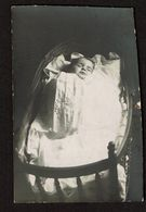 Carte Photo Coupée - Photo Mortuaire - Bébé Mort - Post-mortem - Défunt - 2 Scans - Anonyme Personen