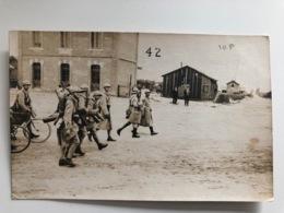 Foto Ak Soldats Francais Village Bicyclette Velo - War 1914-18