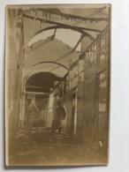 Foto Ak Deux Soldats Ruines Zerschossene Hause Kirche? - War 1914-18