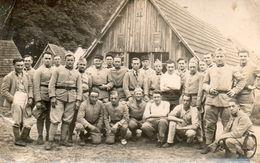 CPA Photo - Groupe De Soldats Devant Des Baraques En Bois. Scan Du Verso - - War 1914-18