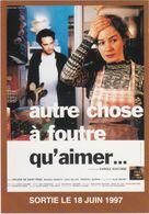 """D2212 CARTE AFFICHE """"AUTRE CHOSE A FOUTRE QU'AIMER..."""", DE CAROLE GIACOBBI, AVEC HÉLÈNE DE SAINT PÈRE - 1997 - Affiches Sur Carte"""