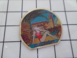 1220 Pin's Pins / Beau Et Rare / THEME : PIN-UPS / PAMELA ANDERSON AU BORD DE SA PISCINE A COLLIOURE - Pin-ups