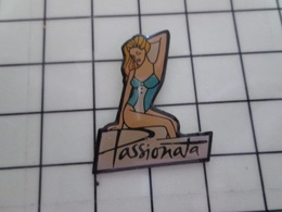 1220 Pin's Pins / Beau Et Rare / THEME : PIN-PS / BLONDE A FORTE POITRINE LINGERIE COUTEUSE PASSIONATA CC Lina ! - Pin-ups
