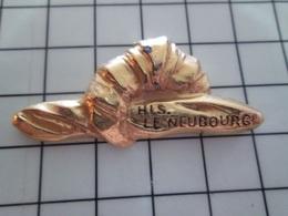 1220 Pin's Pins / Beau Et Rare / THEME : ALIMENTATION / PAIN CROISSANT HIS LE NEUBOURG GRAND PIN'S METAL JAUNE - Alimentation