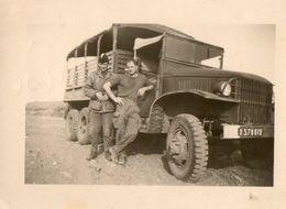 Photo 10 X 7 Cms. Soldats Devant Un Camion GMC Militaire - Scan Du Verso - 1953. - Automobile