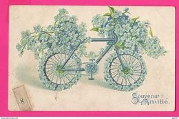 CPA GAUFRÉE (Réf: Z 2856) (FANTAISIES AUTRES) Vélo Habillé De Fleurs Souvenir Amitié - Other