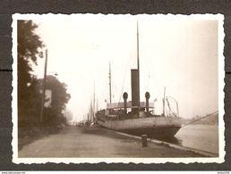 PHOTO ORIGINALE 9 AOUT 1932 - BATEAU A QUAI CANAL DE OUISTREHAM - Luoghi