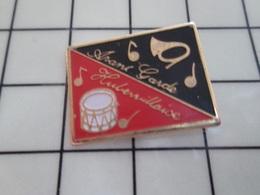 1220 Pin's Pins / Beau Et Rare / THEME : MUSIQUE / FANFARE ORCHESTRE 'AVANT GARDE HUBERVILLAISE TAMBOUR COR TROMPE - Música