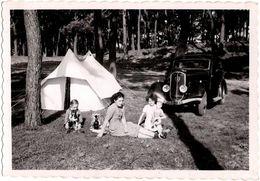 Photo Originale Camping Sauvage En Peugeot 401 (1934-1935) Enfants, Chiens & Poupée Pour Pique Nique - Automobiles
