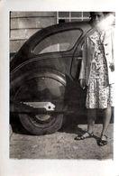Photo Originale Femme Posant Aux Côtés Du Logo Lion D'Aile De Peugeot 402 (1935-1942) - Automobiles