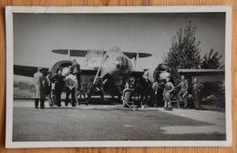 Photo De Groupe D'hommes Devant Un Avion - Bimoteur  Bombardier ? - Format 14 X 9 Cm - Aviation - Guerre ??? - (n°18100) - Aviation